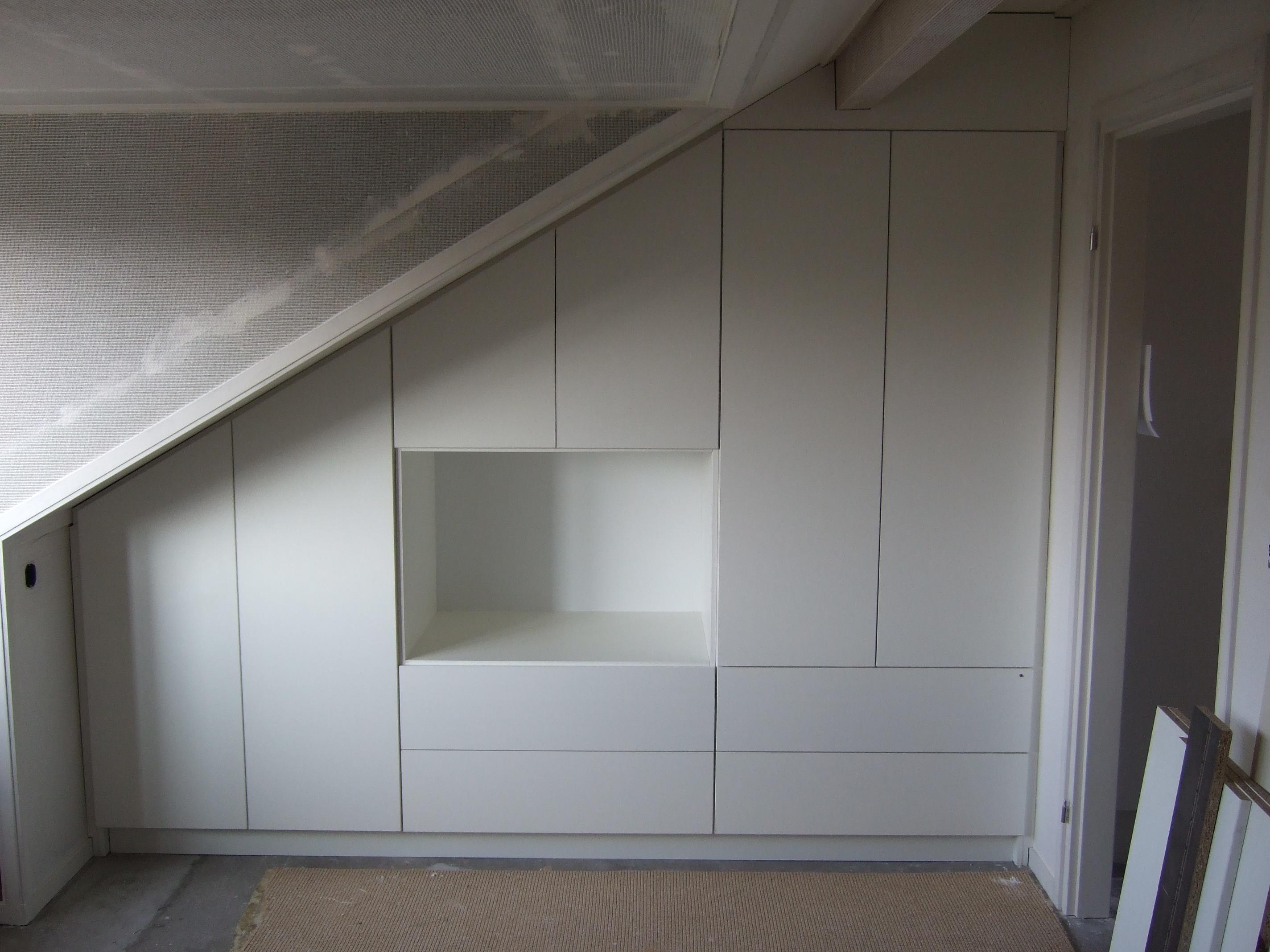 Slaapkamer inrichten schuine wand zolder inbouwkast pictures to pin on pinterest slaapkamer - Decoratie zolder ...