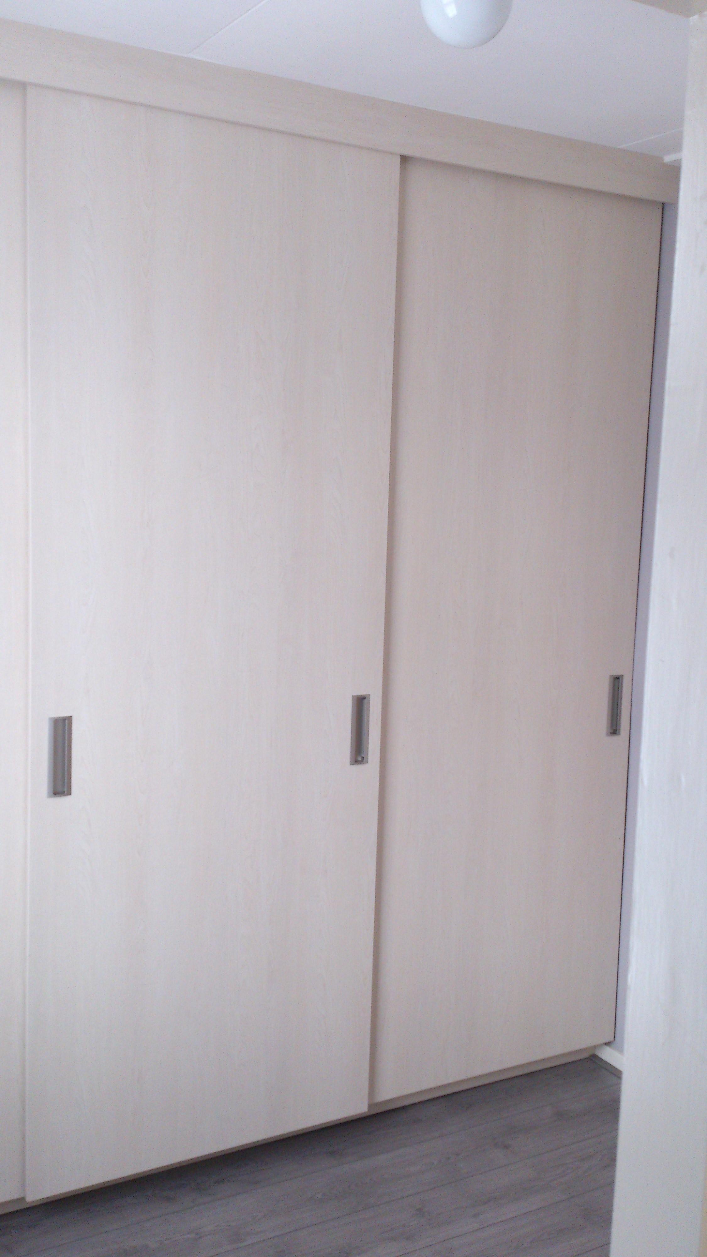 Keuken Opbergkast : Grote opbergkast geheel ingebouwd tussen de muren. De kast is