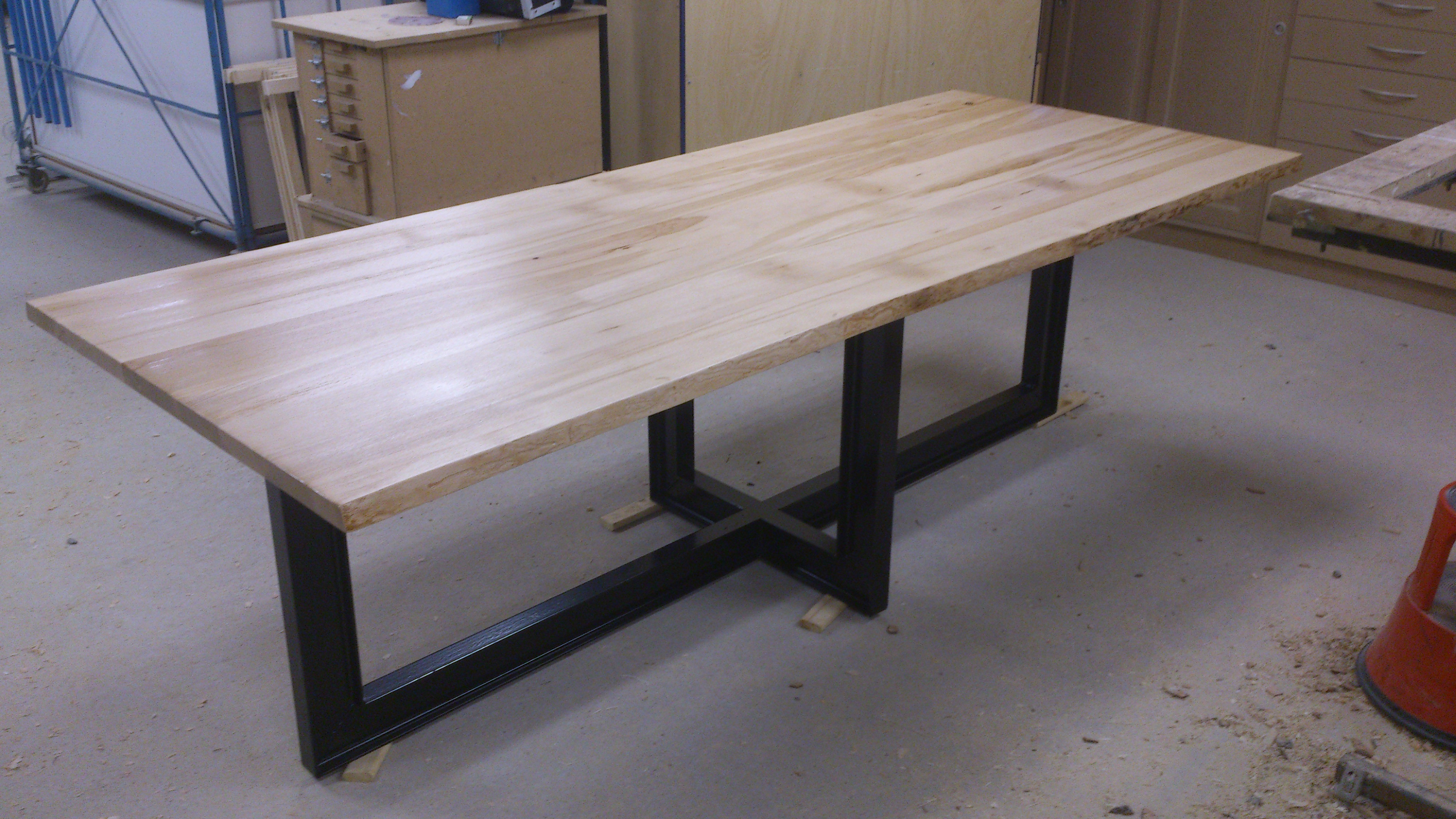 Eettafel met metalen frame · meubelmakerij mark